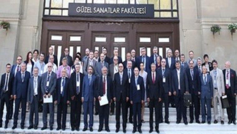 Akademik ekibin üyeleri 11 Eylül günü Edirne'de Trakya Üniversitesi'nde Balkan Üniversiteler Birliği'nin imza töreninde poz veriyorlar.